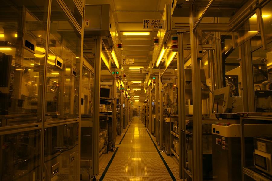คลีนรูมในโรงงานผลิตเซมิคอนดักเตอร์ของโตชิบาที่จังหวัดอิชิกาวะ