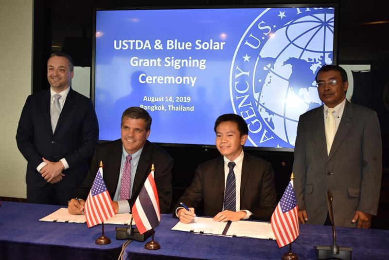 ร่วมลงนามในพิธีเซ็นสัญญาให้เงินทุน มูลค่า 553,000 เหรียญสหรัฐ ในโครงการ SPP Hybrid Firm ของบริษัท บลู โซลาร์ จำกัด