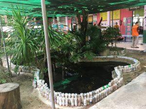 Eco brick ถูกนำมาใช้เป็นวัสดุในการสร้างสรรค์สิ่งต่าง ๆ ภายในบริเวณโรงเรียน