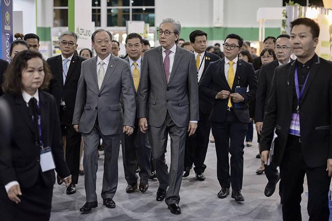 นายสมคิด จาตุศรีพิทักษ์ และนายสนธิรัตน์ สนธิจิรวงศ์ ชมงาน Thailand Energy Awards