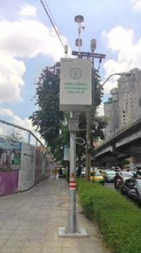 รูปที่ 5 สถานีตรวจวัดคุณภาพอากาศแบบตั้งบนเสาเหล็กของกรุงเทพมหานคร ที่บริเวณริมถนนปทุมวัน