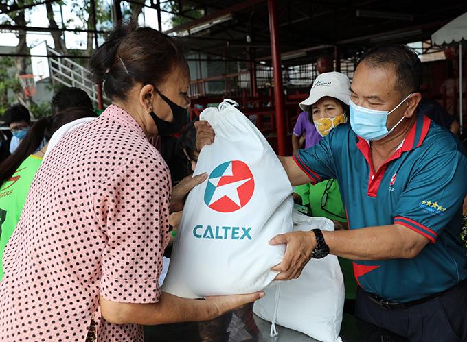 คาลเท็กซ์ เดินหน้าส่งต่อความห่วงใย ลงพื้นที่มอบถุงยังชีพ ช่วยเหลือชุมชนฝ่าวิกฤตโควิด