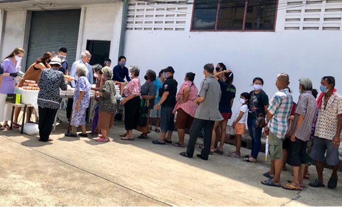 อบอาหารกลางวันและหน้ากากอนามัยให้แก่ชาวบ้าน ที่ชุมชนบ้านกล้วย